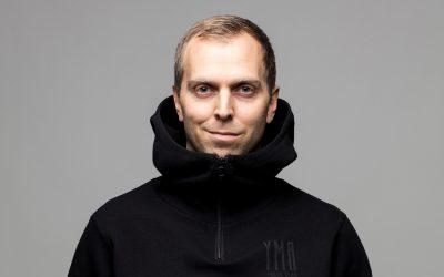 Peter Häggström Lindecrantz, aktuell som programledare i Regnbågshjältar i SVT: VAR DIG SJÄLV OCH NÅ LÄNGRE!